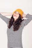 Fille heureuse d'automne ou d'hiver avec le chapeau de laine Photographie stock