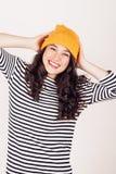 Fille heureuse d'automne ou d'hiver avec le chapeau de laine Image libre de droits