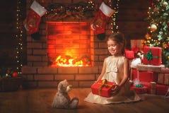 Fille heureuse d'enfant avec le cadeau de Noël à la maison Photos libres de droits