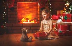 Fille heureuse d'enfant avec le cadeau de Noël à la maison Images libres de droits