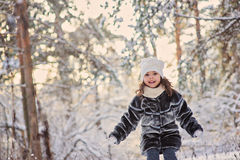 Fille heureuse d'enfant ayant l'amusement dans la forêt neigeuse d'hiver photo libre de droits