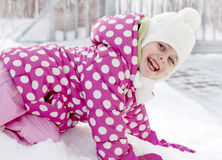 Fille heureuse d'enfant ayant l'amusement dans la neige Image libre de droits