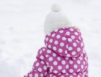 Fille heureuse d'enfant ayant l'amusement dans la neige - horaire d'hiver Images stock