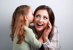 Fille heureuse d'enfant chuchotant le secret à sa mite très étonnante Images libres de droits