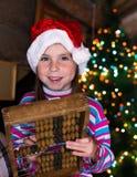 Fille heureuse d'enfant dans un chapeau de Noël attendant un miracle Images stock
