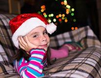Fille heureuse d'enfant dans un chapeau de Noël attendant un miracle Photographie stock