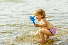 Fille heureuse d'enfant en bas âge espiègle Photo stock