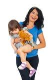 Fille heureuse d'enfant en bas âge de fixation de mère Photographie stock libre de droits
