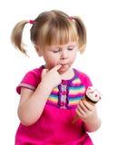 Fille heureuse d'enfant mangeant de la glace dans le studio d'isolement photographie stock