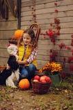 Fille heureuse d'enfant sélectionnant les pommes fraîches à la ferme Concept vivant de pays, décorations saisonnières confortable photo stock