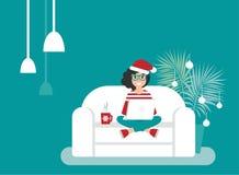 Fille heureuse d'indépendant avec le chapeau de Santa sur le sofa avec l'ordinateur portable le hippie créatif travaillent à la m illustration stock