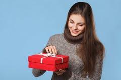 Fille heureuse dans la boîte de Noël d'ouverture d'excitation photographie stock