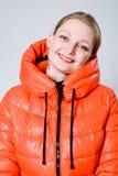 Fille heureuse dans la veste orange. photos libres de droits