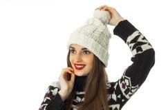 Fille heureuse dans le chandail chaud d'hiver Photo stock