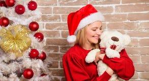 Fille heureuse dans le chapeau du père noël Femme de sourire célébrant Noël Partie de nouvelle année Joyeux Noël et bonne année image libre de droits