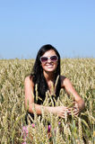 Fille heureuse dans le domaine de blé Photo stock