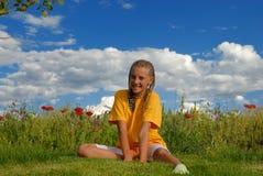 Fille heureuse dans le pré Photographie stock libre de droits