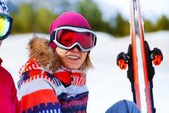 Fille heureuse dans le sourire de masque de ski Photographie stock libre de droits