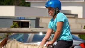 Fille heureuse dans les tours un cheval à cheval banque de vidéos