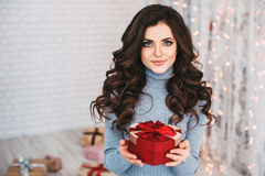 Fille heureuse de beauté avec le boîte-cadeau de Valentine Photographie stock libre de droits