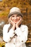 Fille heureuse de Beautifull en stationnement d'automne Images stock