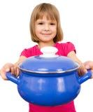 Fille heureuse de chef remuant le potage Images stock