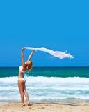 Fille heureuse de danse sur la plage Photos libres de droits