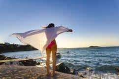 Fille heureuse de danse sur le coucher du soleil de plage Image libre de droits
