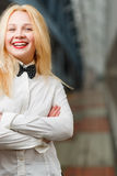 Fille heureuse de gingembre avec les lèvres rouges se tenant dans le long couloir Photos stock