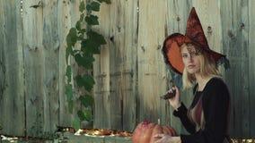 Fille heureuse de Halloween Jeunes femmes ?motives dans des costumes de Halloween Halloween heureux avec la femme drôle Jeu de fi banque de vidéos