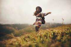 Fille heureuse de hippie de voyageur dans le chapeau, marchant avec le sac à dos et le SM photographie stock