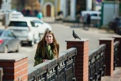 Fille heureuse de l'adolescence marchant les rues de la ville photos libres de droits