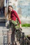 Fille heureuse de l'adolescence marchant sur les rues photographie stock