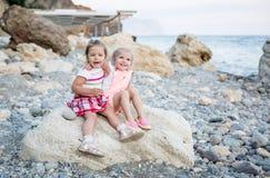 Fille heureuse de l'enfant en bas âge deux sur la plage Photographie stock