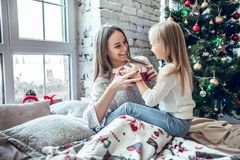 Fille heureuse de mère et d'enfant avec le boîte-cadeau photographie stock libre de droits