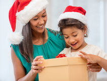 Fille heureuse de mère et d'enfant avec le boîte-cadeau Image libre de droits