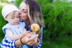 Fille heureuse de mère et d'enfant en bas âge avec le portrait extérieur de champignon Image libre de droits