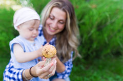 Fille heureuse de mère et d'enfant en bas âge avec le portrait extérieur de champignon Photos stock