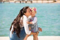 Fille heureuse de maman et d'enfant étreignant sur la nature Belle mère et son bébé extérieurs Images libres de droits