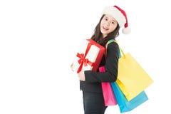 Fille heureuse de Noël avec les paniers et le boîte-cadeau Image stock