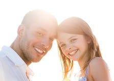 Fille heureuse de père et d'enfant ayant l'amusement Photos libres de droits