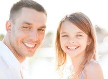 Fille heureuse de père et d'enfant ayant l'amusement Image stock