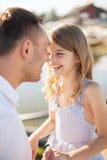 Fille heureuse de père et d'enfant ayant l'amusement Image libre de droits