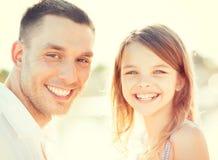 Fille heureuse de père et d'enfant ayant l'amusement Photo stock