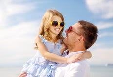 Fille heureuse de père et d'enfant ayant l'amusement dehors Photos libres de droits