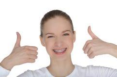 Fille heureuse de sourire avec des accolades Images libres de droits