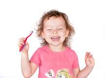 Fille heureuse de sourire avec la brosse à dents Photo stock