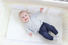 Fille heureuse de sourire de 3 mois dans la huche de voyage Images libres de droits