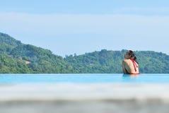 Fille heureuse de vacances d'été jouant dans la piscine bleue Photographie stock libre de droits