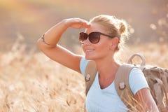 Fille heureuse de voyageur Image stock